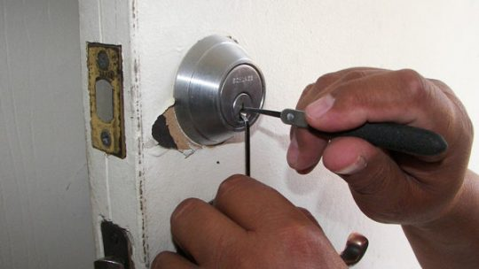 When to replace a lock or cylinder in a door? A locksmith will help you.